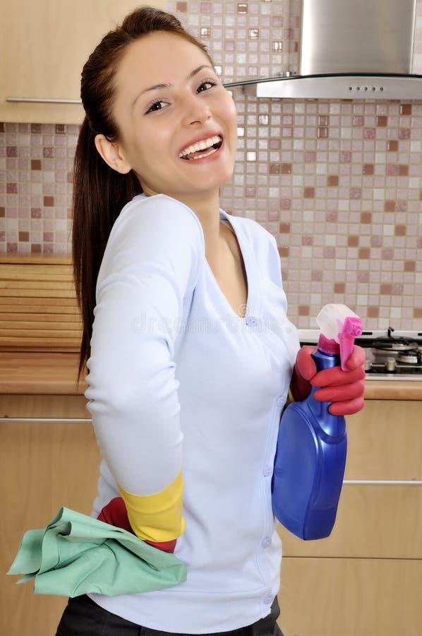 Mujeres hermosas felices después de limpiar la casa imagen de archivo libre de regalías