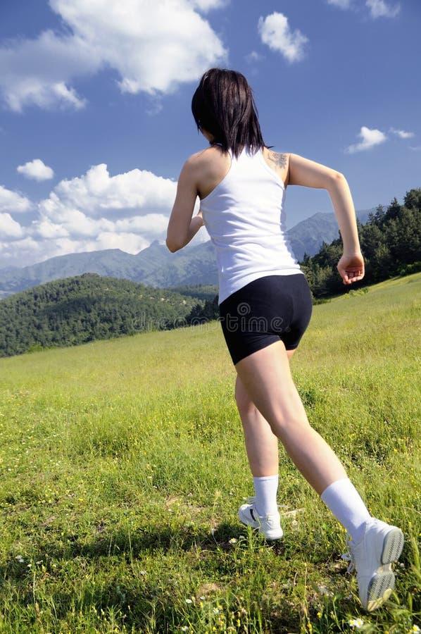 Mujeres hermosas que hacen deportes en la hierba fotos de archivo libres de regalías