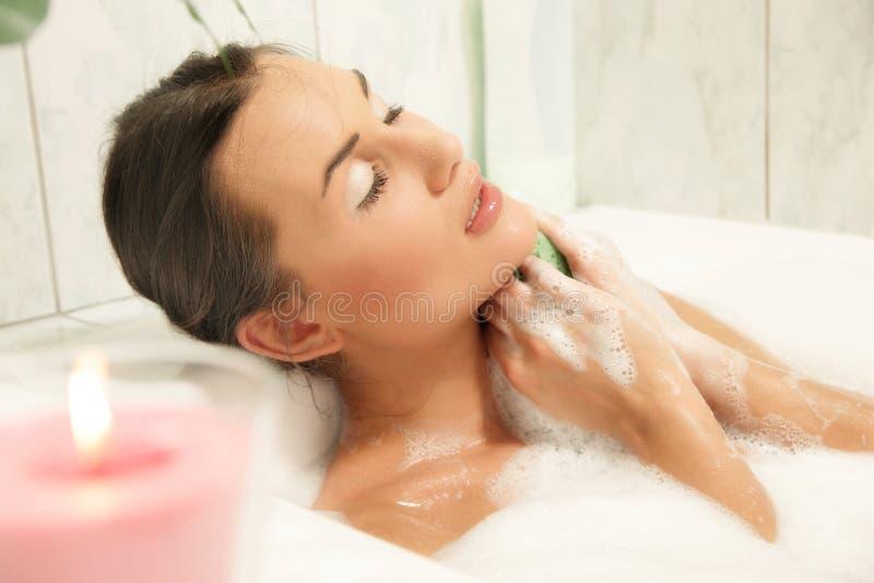 Mujeres hermosas que se relajan en su baño imagenes de archivo