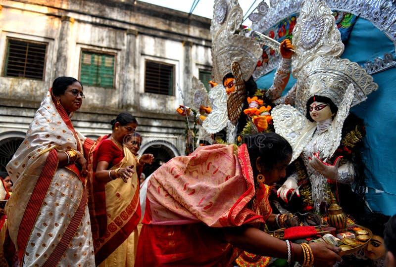 Mujeres hindúes que realizan ritual en el festival de Navratri imagen de archivo libre de regalías