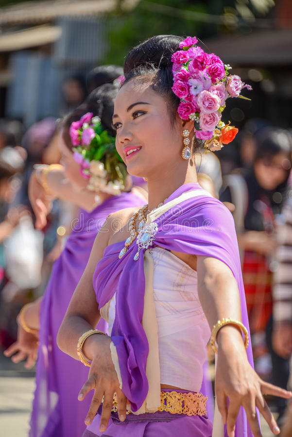 Mujeres Indígenas Con El Baile Púrpura Tradicional Del Traje En ...