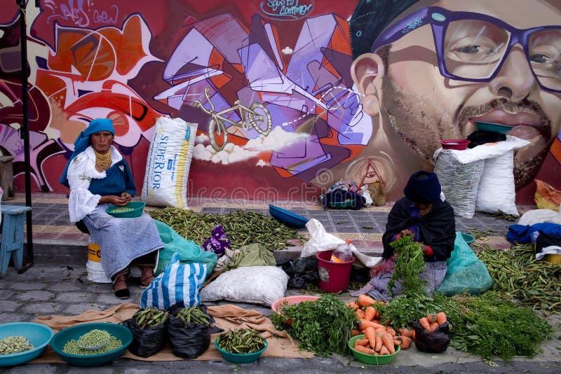Mujeres indígenas no identificadas que venden verduras fotos de archivo