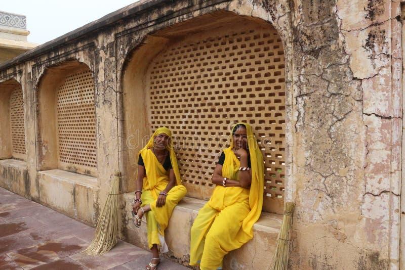 Mujeres indias con el vestido tradicional en Amber Fort foto de archivo