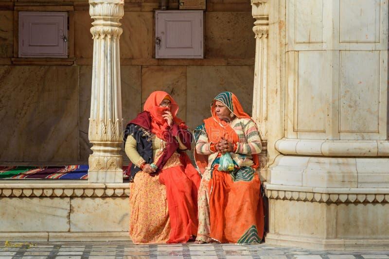 Mujeres indias en Karni Mata Temple o templo de las ratas en Deshnok Rajasth?n La India imagen de archivo libre de regalías