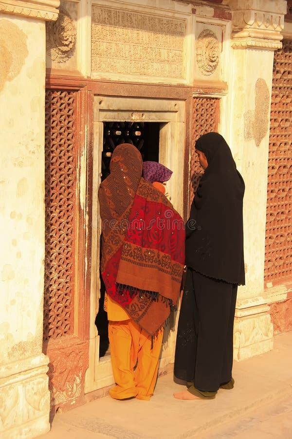 Mujeres indias que hacen una pausa la puerta en el complejo de Qutub Minar, Delhi imagenes de archivo
