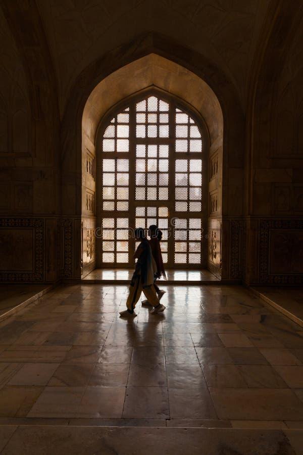 Mujeres indias que recorren dentro de la cara de Taj Mahal imágenes de archivo libres de regalías