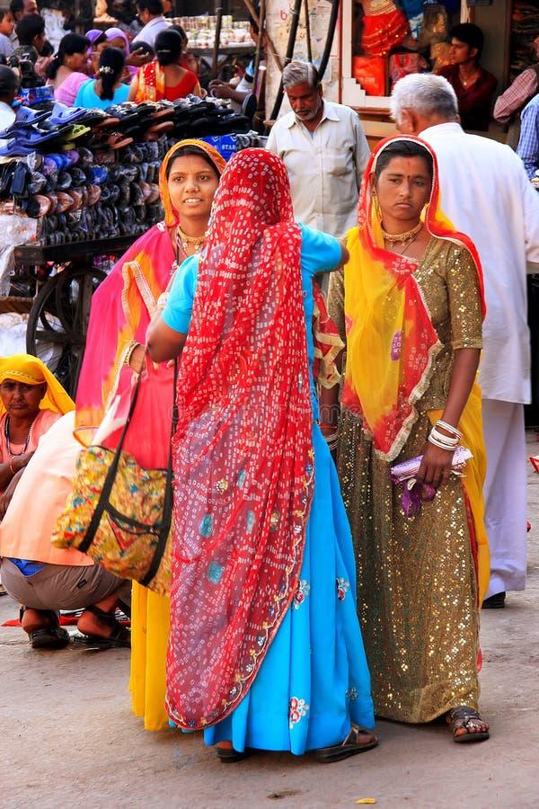 Mujeres indias que se colocan en el mercado de Sadar, Jodhpur, la India fotos de archivo