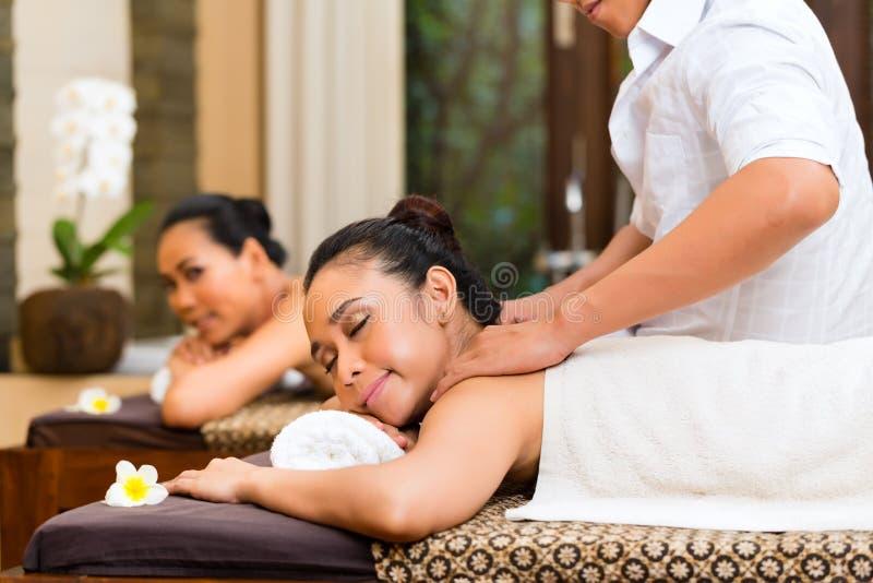 Mujeres indonesias en el masaje del balneario de la salud fotos de archivo