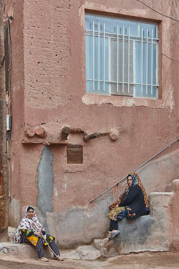 Mujeres iraníes en pasos de escaleras en el campo, Abyaneh, Irán fotos de archivo