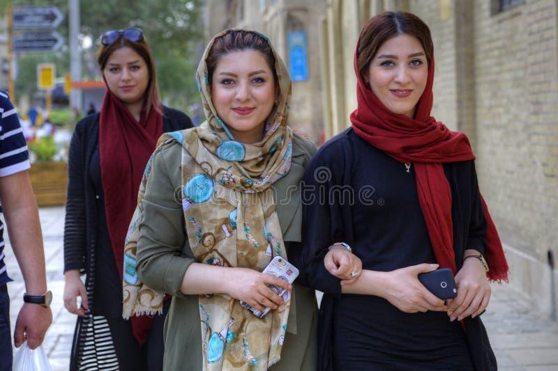 Mujeres iraníes jovenes modernas que llevan los hijabs, Shiraz, Irán fotografía de archivo libre de regalías