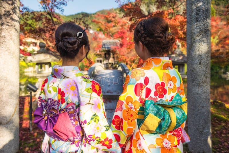 Mujeres japonesas en Eikando en otoño, Kyoto imagenes de archivo