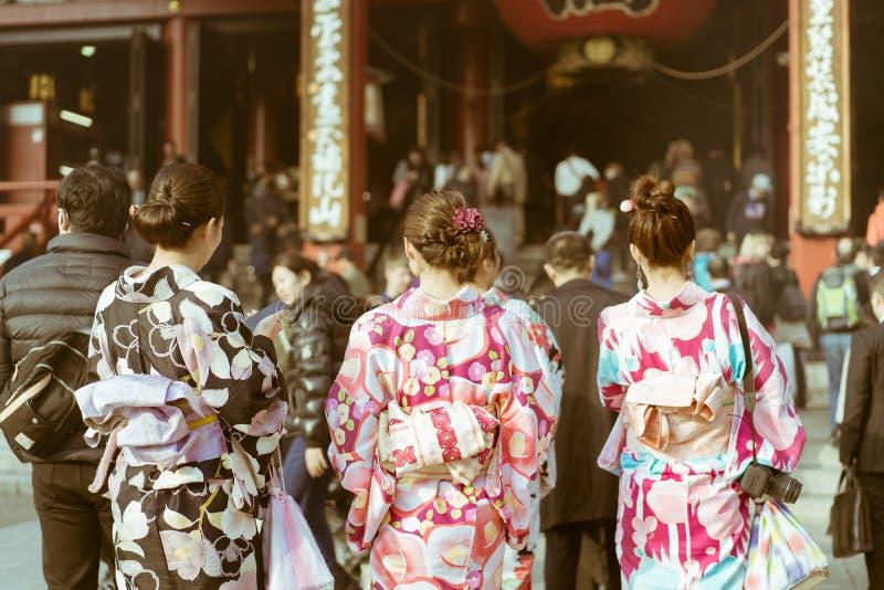 Mujeres japonesas tradicionales que llevan el kimono que camina hacia el templo en el templo de Senso-ji, Asakusa, Tokio, Japón fotografía de archivo