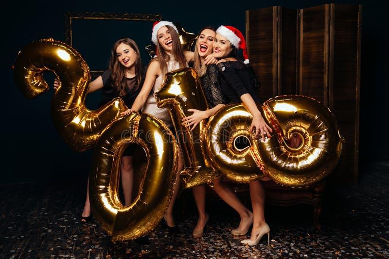 Mujeres jovenes alegres en el partido del Año Nuevo fotos de archivo