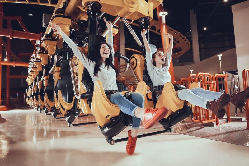 Mujeres jovenes alegres junto imagenes de archivo
