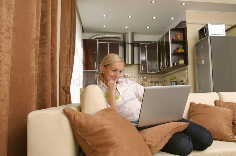 Mujeres jovenes con la computadora portátil fotografía de archivo libre de regalías