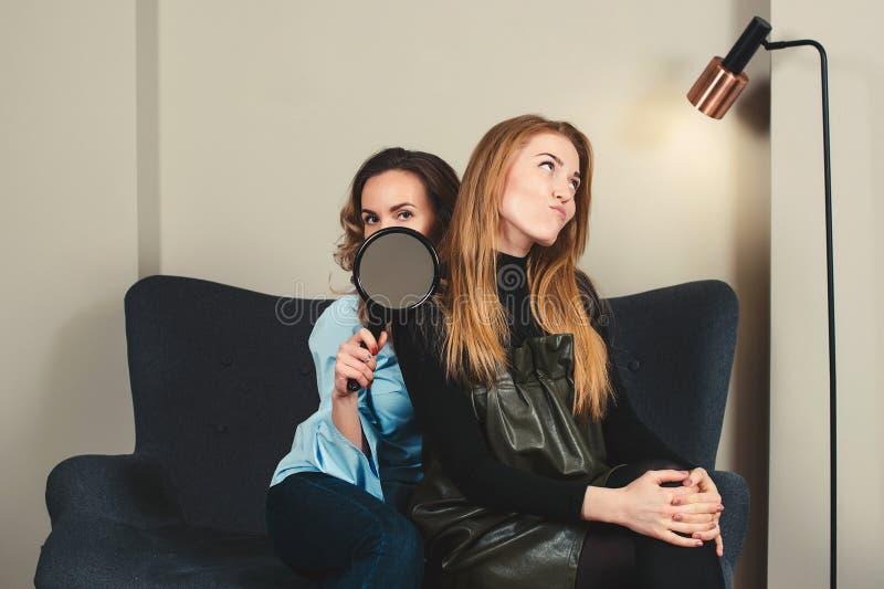 Mujeres jovenes de moda emocionadas en el estudio Maquillaje de la moda, pelos foto de archivo