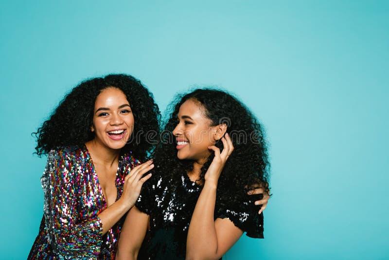 Mujeres jovenes de risa en ropa elegante imagenes de archivo