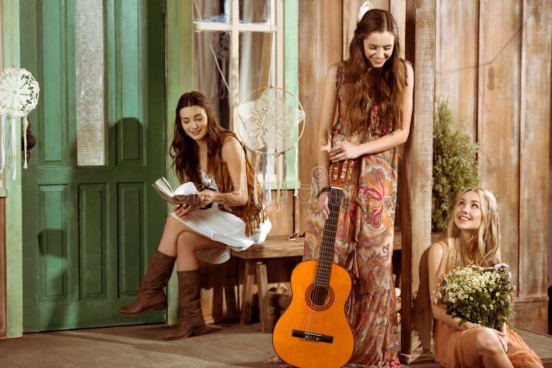 Mujeres jovenes del hippie imagen de archivo