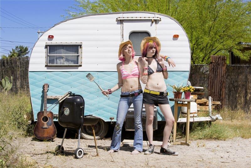Mujeres jovenes delante de un acoplado foto de archivo libre de regalías