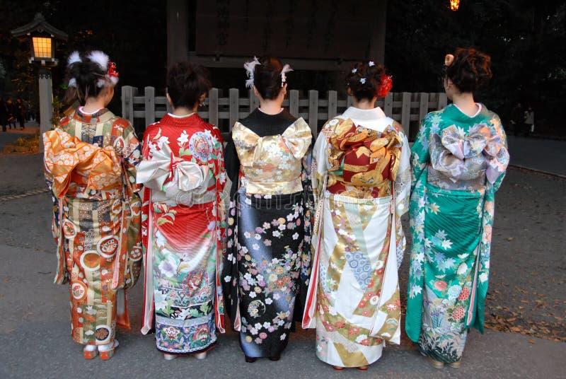 Mujeres jovenes en alineada del kimono fotos de archivo