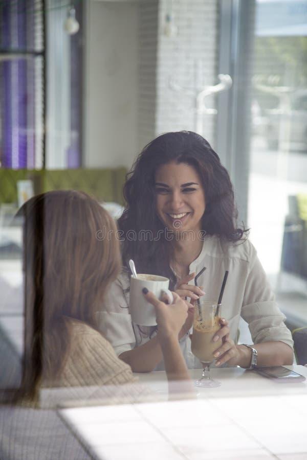 Download Mujeres jovenes en café foto de archivo. Imagen de atractivo - 42432910
