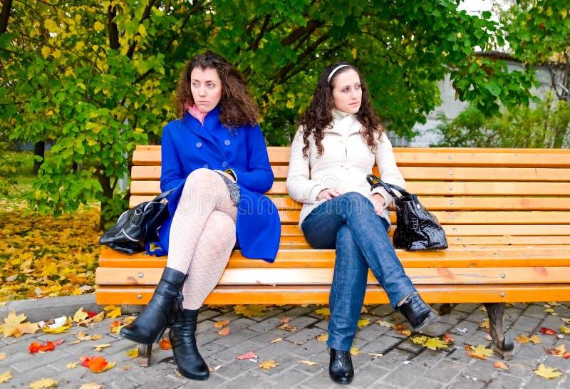 Mujeres jovenes en el banco fotografía de archivo libre de regalías