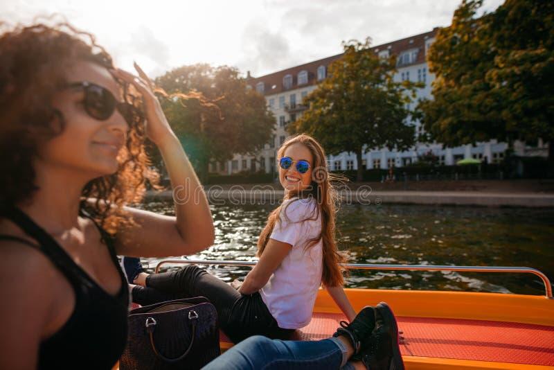 Mujeres jovenes en el barco en el lago fotografía de archivo