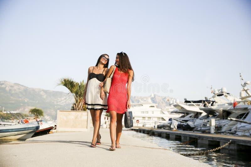 Mujeres jovenes en el puerto deportivo fotografía de archivo libre de regalías