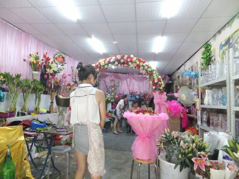 Mujeres jovenes en la floristería para ordenar rosas imagen de archivo