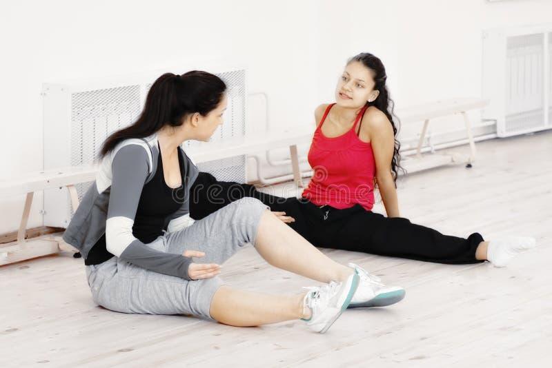 Mujeres jovenes en un gimnasio fotos de archivo