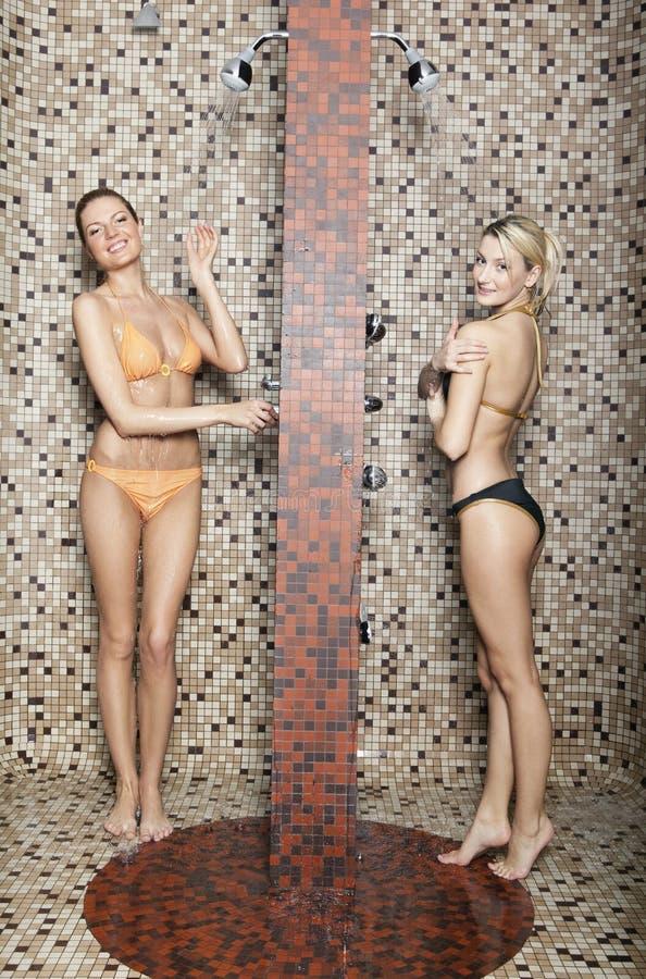 Mujeres jovenes en una ducha fotos de archivo