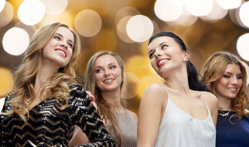 Mujeres jovenes felices que bailan en el disco del club de noche foto de archivo libre de regalías