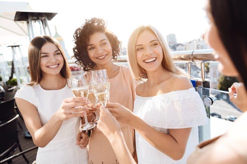 Mujeres jovenes felices que tienen un partido de gallina imagen de archivo libre de regalías