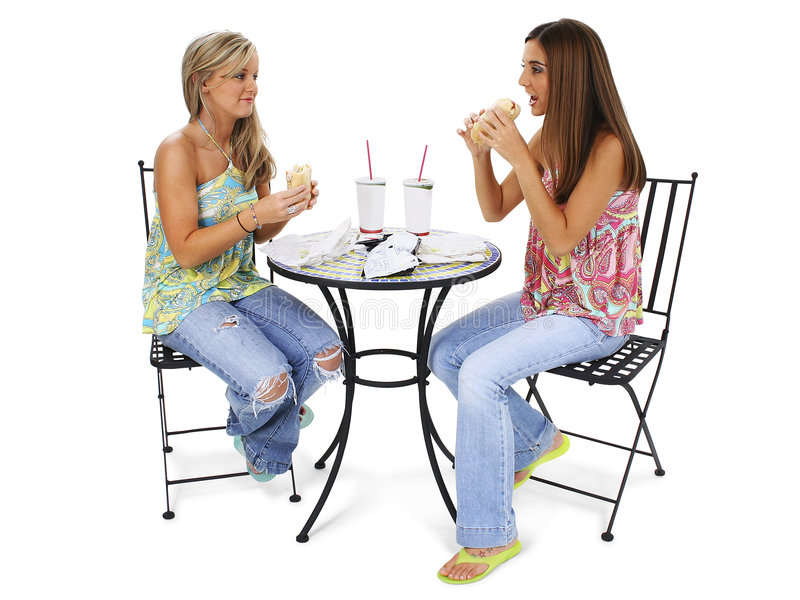 Mujeres jovenes hermosas que almuerzan junto imagen de archivo libre de regalías