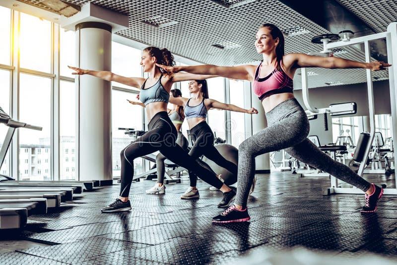Mujeres jovenes juguetonas en un entrenamiento del gimnasio fotos de archivo
