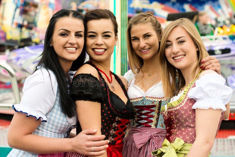 4 mujeres jovenes magníficas en el funfair alemán fotografía de archivo libre de regalías