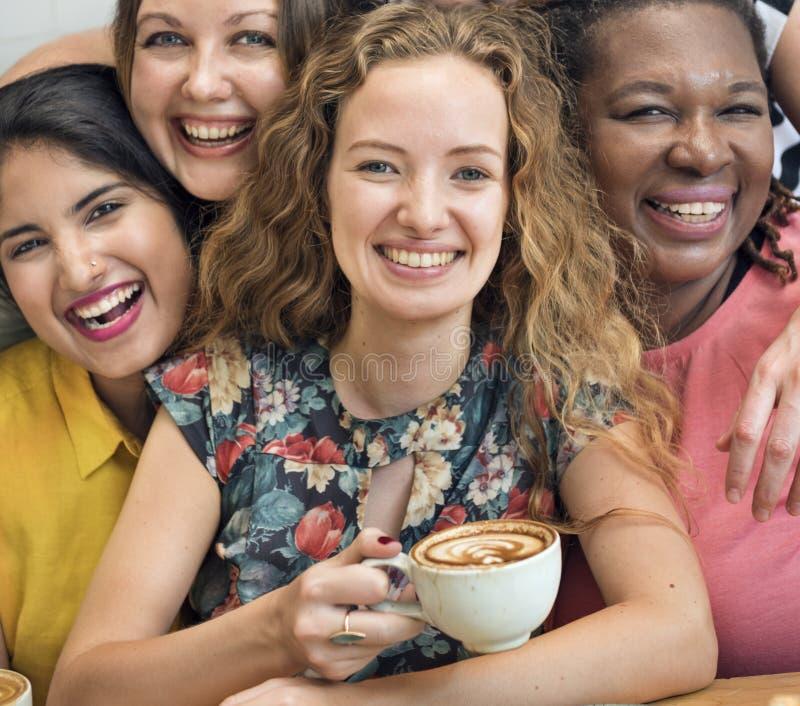 Mujeres jovenes que beben concepto del café imagen de archivo
