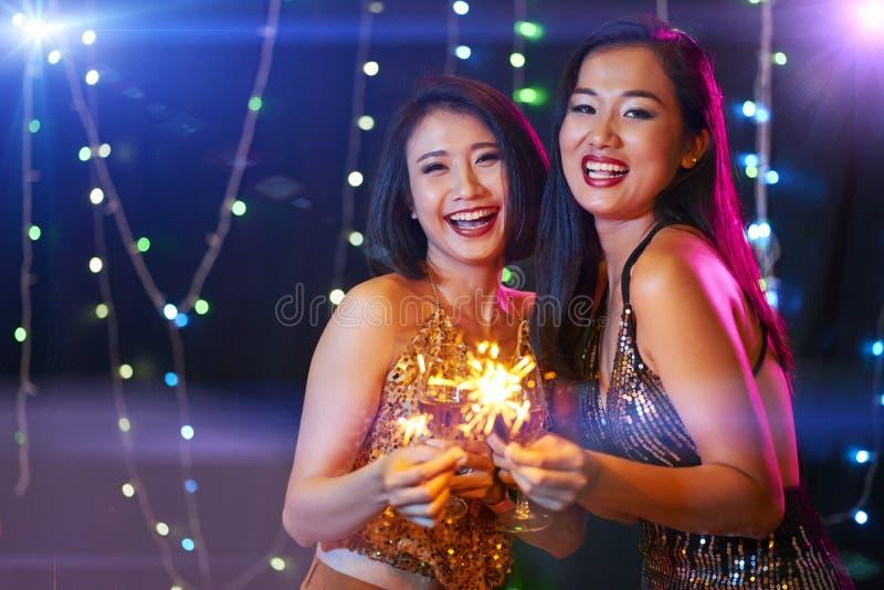 Mujeres jovenes que disfrutan del partido fotos de archivo