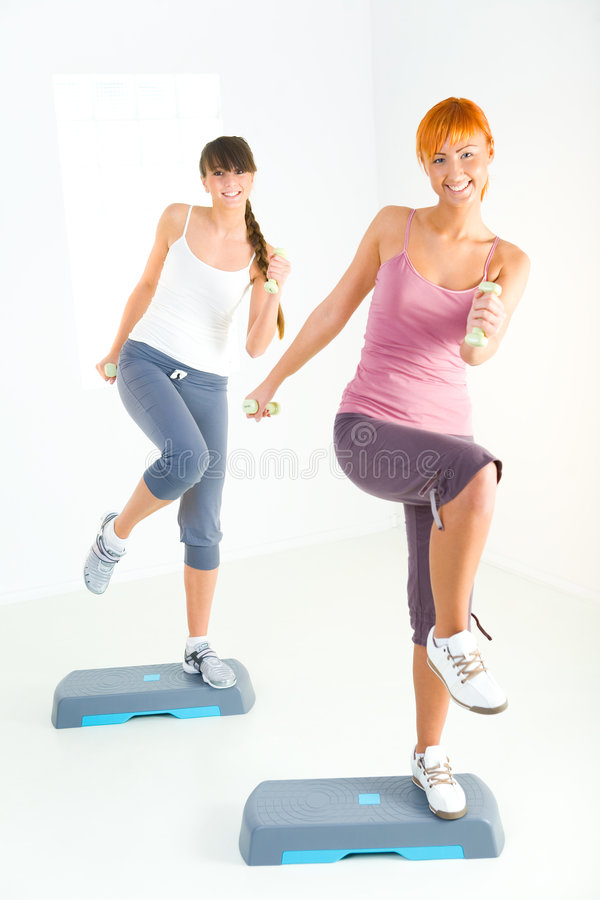 Mujeres jovenes que hacen ejercicio de la aptitud foto de archivo libre de regalías
