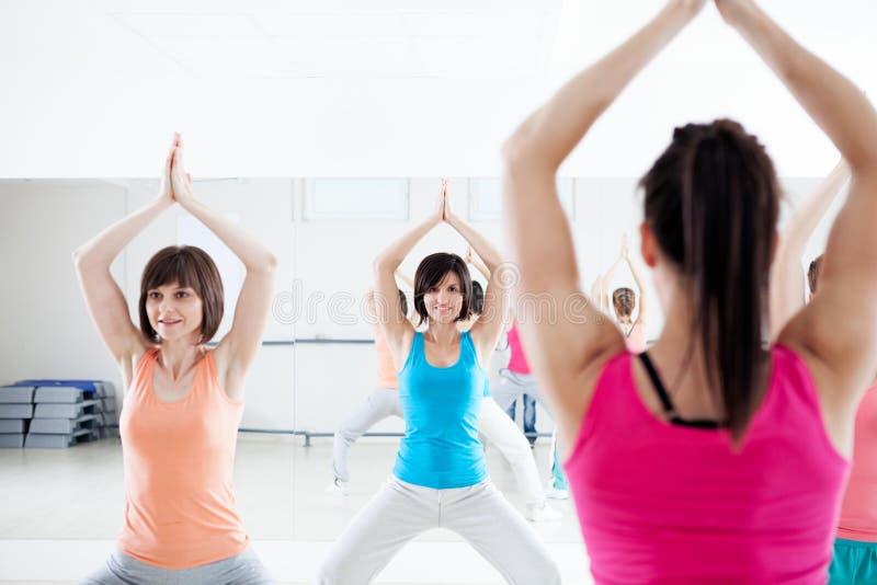 Mujeres jovenes que hacen ejercicios imagen de archivo libre de regalías