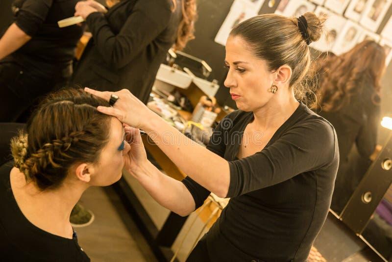 Mujeres jovenes que hacen el maquillaje, pasado de moda backstage imagen de archivo libre de regalías