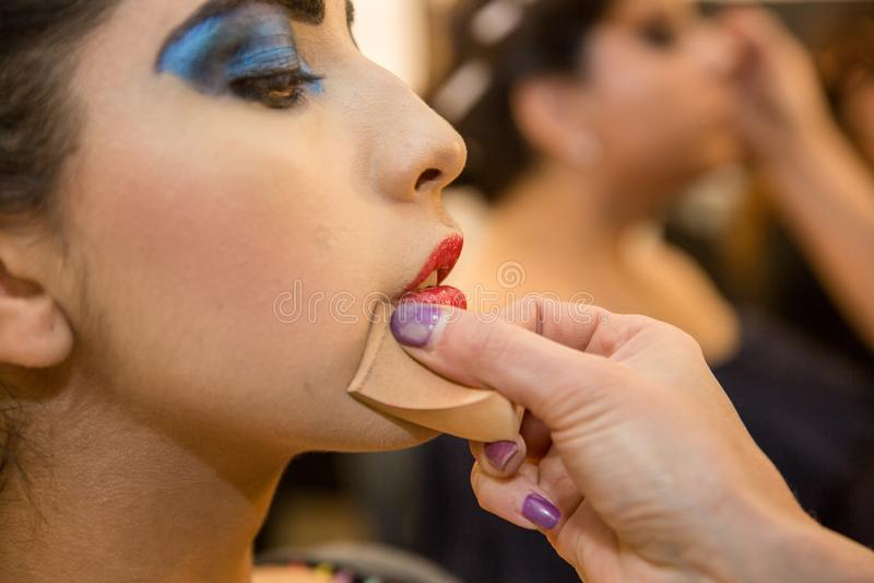 Mujeres jovenes que hacen el maquillaje, pasado de moda backstage imágenes de archivo libres de regalías