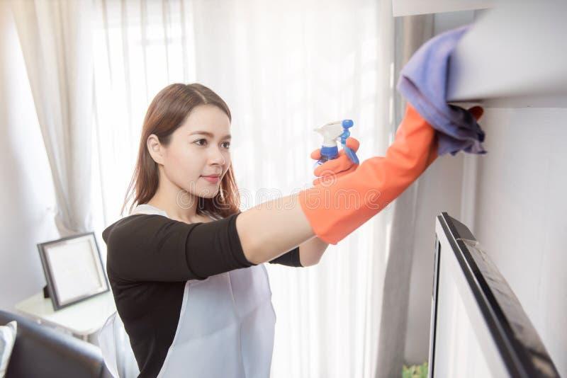 Mujeres jovenes que limpian en casa, concepto de limpieza del servicio fotografía de archivo libre de regalías