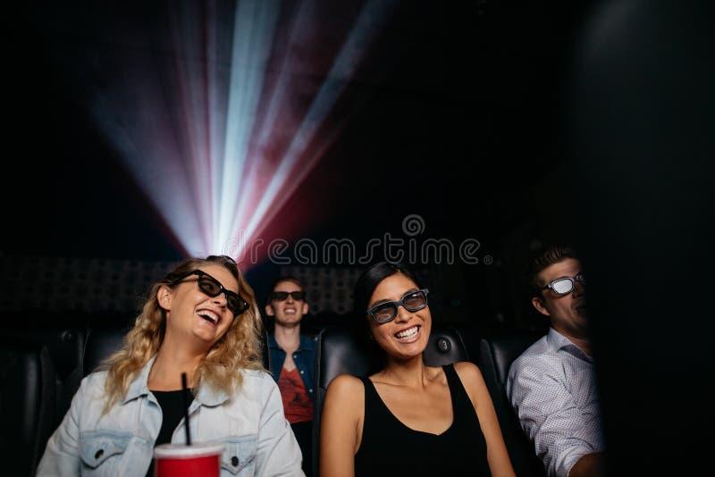 Mujeres jovenes que miran la película 3d en cine fotografía de archivo libre de regalías