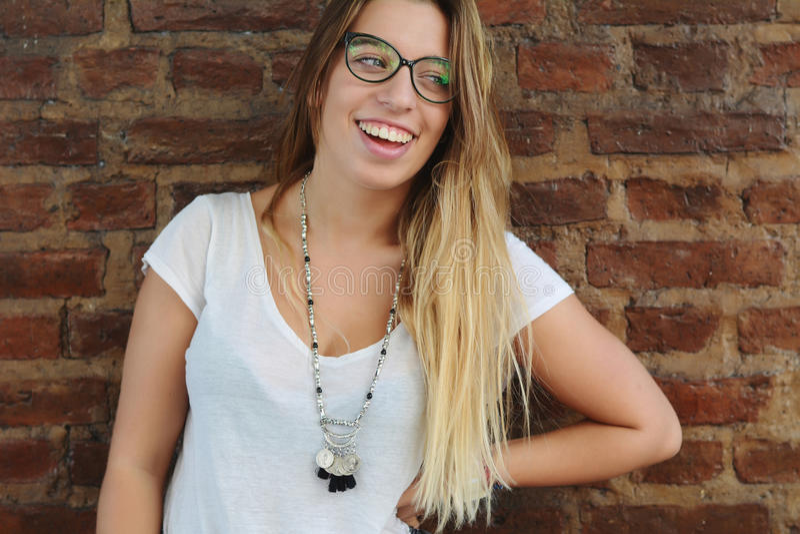 Mujeres jovenes que presentan al aire libre foto de archivo libre de regalías