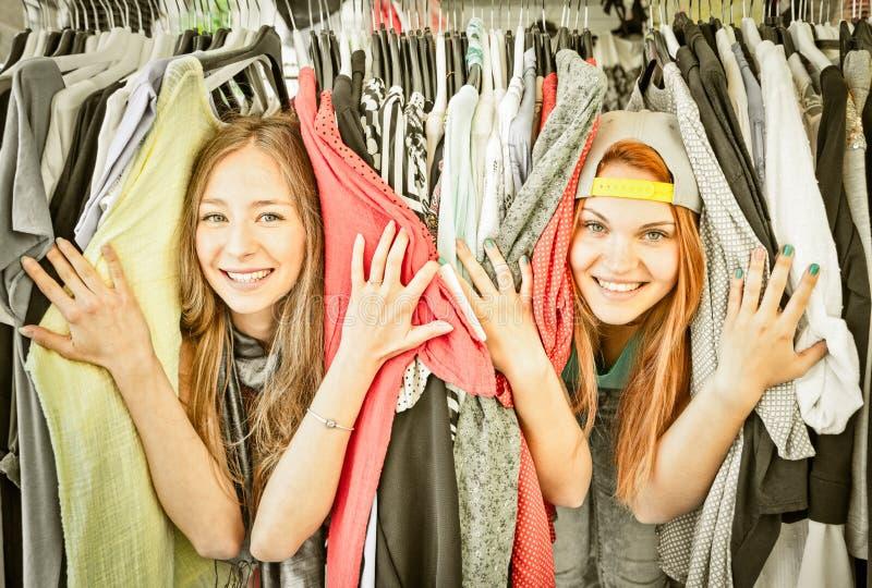 Mujeres jovenes que se divierten en el mercado de pulgas - mejores amigos de las muchachas foto de archivo
