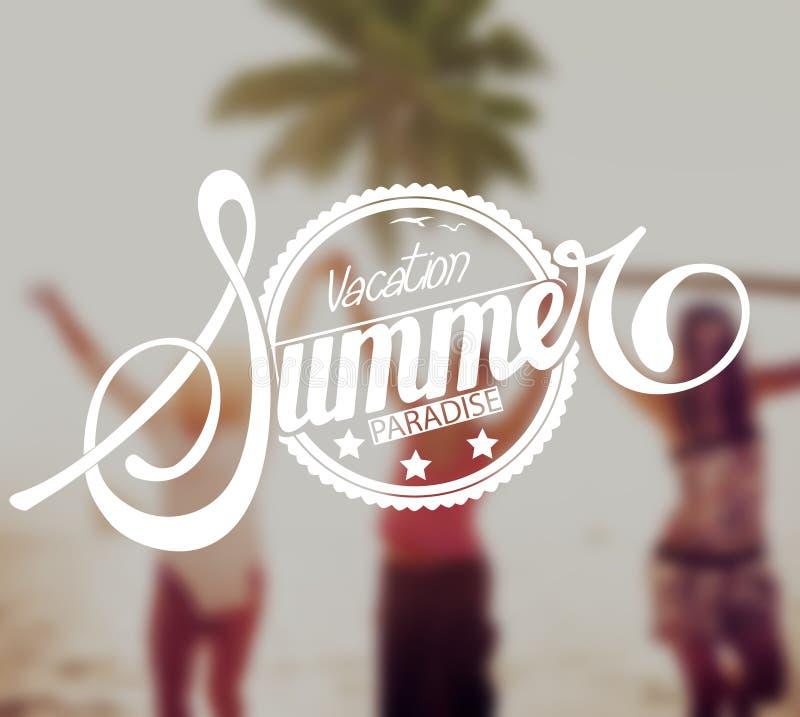 Mujeres jovenes que tienen vacaciones de la playa del verano imagen de archivo