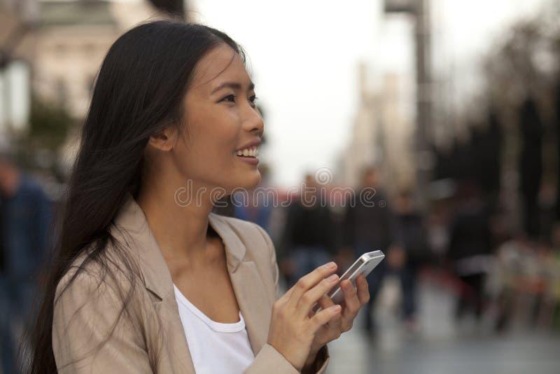Mujeres jovenes que usan el teléfono imágenes de archivo libres de regalías