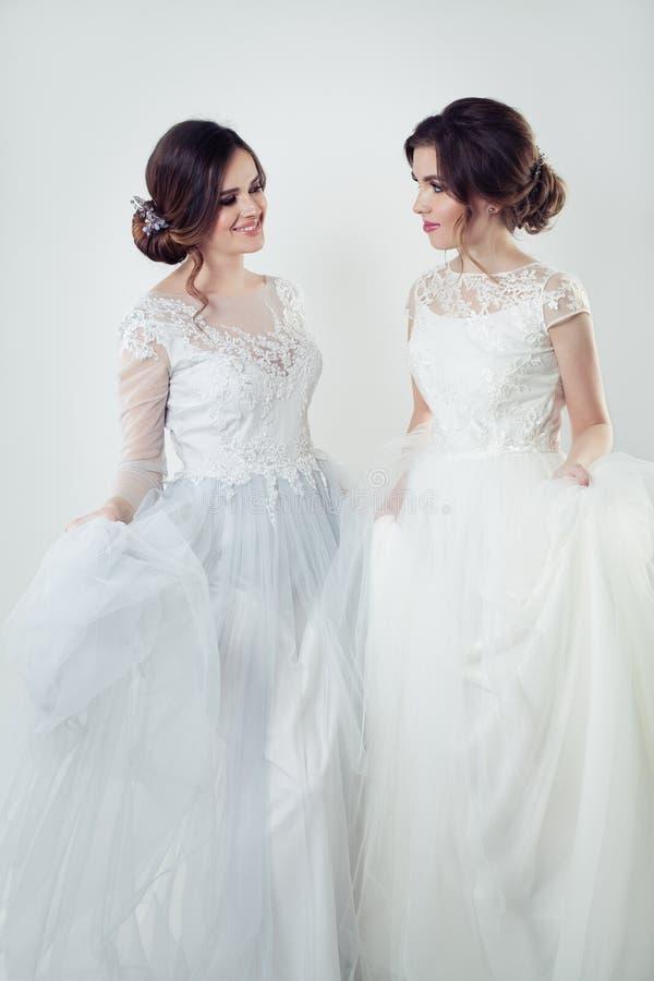 Mujeres jovenes sonrientes en vestido blanco elegante foto de archivo libre de regalías