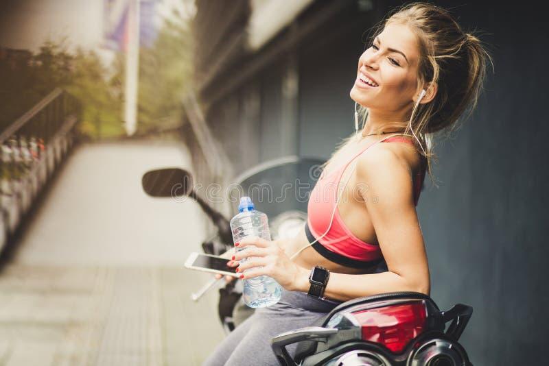 Mujeres jovenes sonrientes felices del deporte Retrato imágenes de archivo libres de regalías